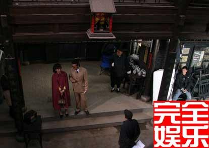"""""""这是一场小刘麻子(左二)带小丁宝(左一)到裕泰说要收了茶馆的戏,中间背着手的是导演何群"""""""