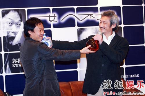 徐克与韩国著名编剧郭在容互相敬酒