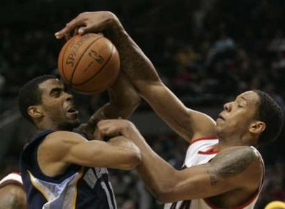 图文:[NBA]灰熊负开拓者 康利顶球