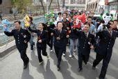 图文:乌鲁木齐各族群众手递手传递福娃祝福奥运