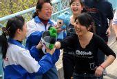 图文:乌鲁木齐市民交接传递福娃祝福奥运