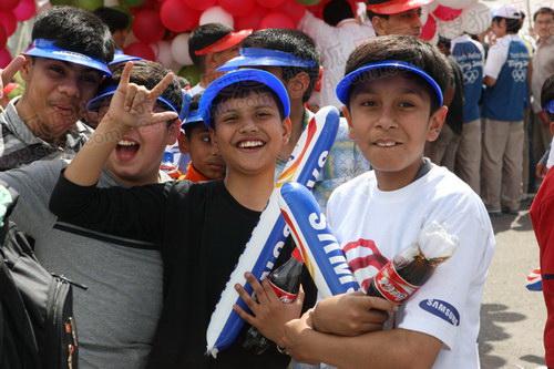 参加圣火传递活动的当地儿童兴高采烈