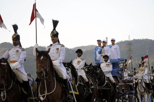 4月16日,在巴基斯坦体育中心,护火手手持火种灯和火炬乘马车出场。新华社记者戚恒摄