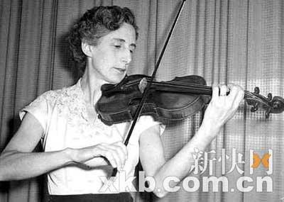 罗伯特的母亲哈特演奏这把珍贵小提琴时的旧照。