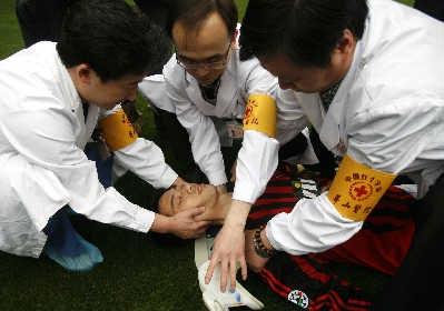 """昨日,在华山医院,医护人员正在对""""受伤的足球队员""""进行救治。早报记者 王炬亮图"""