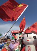 图文:奥运圣火在伊斯兰堡传递 观众与福娃合影