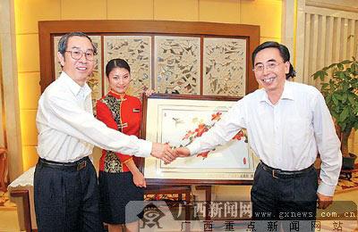 4月15日,自治区主席马飚在广州会见广州市委书记朱小丹,并互赠礼品。 记者何运斌摄