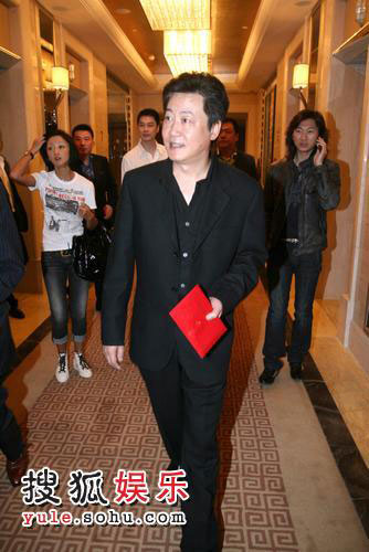 《奋斗》导演赵宝刚手拿红包亮相。