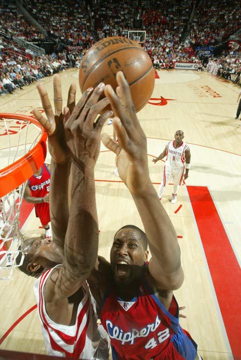 图文:[NBA]火箭VS快船 布兰德拼抢