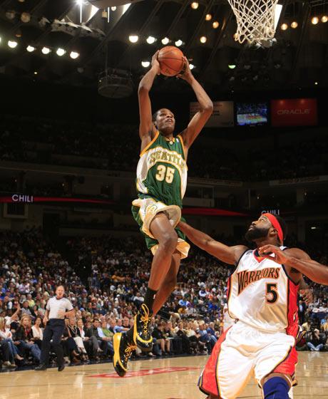 图文:[NBA]超音速胜勇士 杜兰特杀入篮下