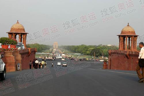 国家大道笔者伸展,远处的高大建筑就是印度门。北京奥运火炬就在这里传递。(环球时报供图 记者任彦摄)