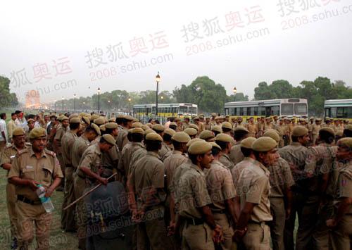 火炬传递路线一带已经布满警察,安保措施之严密为印度过去20年来所未见。(环球时报供图 记者任彦摄)