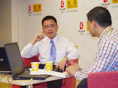 访谈现场 银华基金境外投资部丁靓(左)主持人(右)