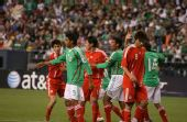 图文:[热身赛]国足0-1墨西哥 双方争抢位置