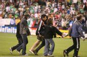 图文:[热身赛]国足0-1墨西哥 王宵被抬下场
