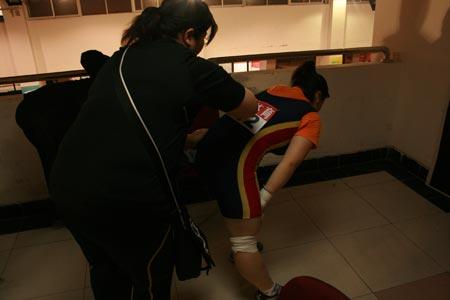 图文:08全锦赛69公斤级决赛 江西李娟背部痉挛