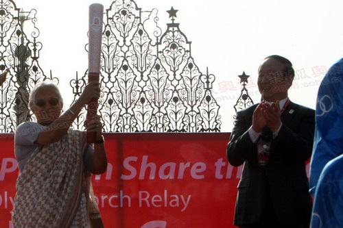 北京奥组委执行副主席蒋效愚将火炬交给了德里邦首席部长迪克什特