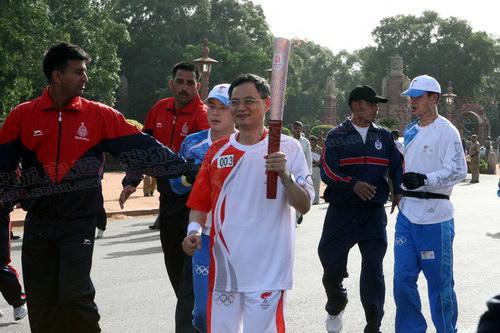 中国驻印度大使张炎担任第三棒火炬手