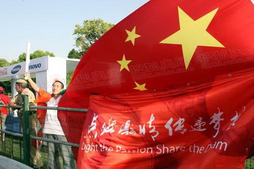 地华人华侨到现场为圣火加油助威