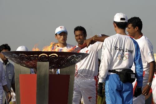 4月17日,奥运火炬手在城市庆典上点燃圣火盆。当日,北京奥运圣火传递活动在印度新德里举行。  新华社记者戚恒摄