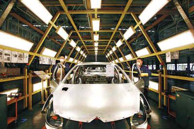 武汉神龙汽车有限公司的总装生产线上,工人们正在紧张工作。