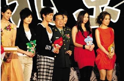 百名歌手齐聚北京,演唱《北京欢迎你》。本报记者 范继文 摄