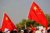 图文:热情的中方观礼观众在现场高举五星红旗