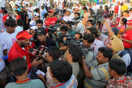 图文:众多媒体记者现场采访本次传递相关人员