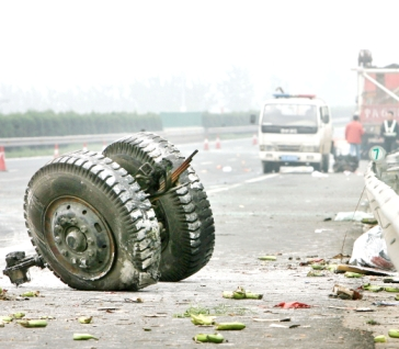 昨日,京珠高速公路,一辆事故货车的车轮留在了路面上。