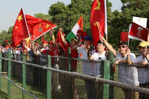 当地华人华侨到沿线为奥运圣火传递加油-2