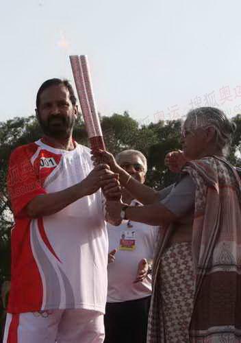 德里帮首席部长将奥运圣火移交给印度奥委会主席卡尔马迪