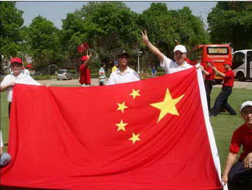 华人展示五星红旗