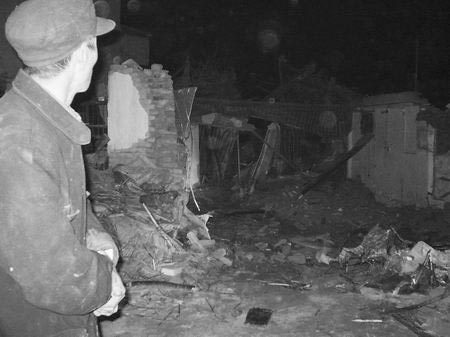 昨日凌晨零时12分,记者赶到现场调查采访时,发现饭店早已成了一片废墟,现场一片狼藉(如图)。
