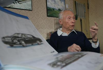 原长春第一汽车制造厂设计处车身科工程师程正在讲述红旗轿车的发展史新文化报记者白桄摄