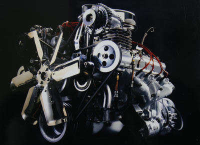 老红旗轿车使用的V8发动机.新文化报记者白桄摄