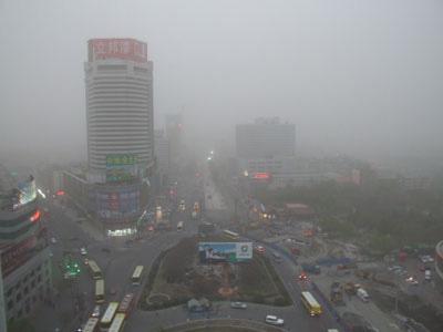 4月17日下午19时左右,乌鲁木齐遭受沙尘暴,天空混沌一片,车辆缓慢行驶。