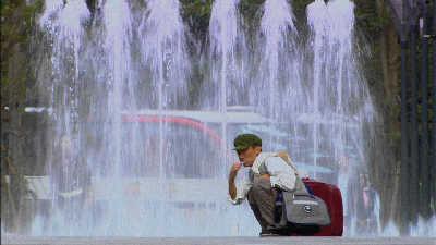 王宝强在喷泉边上刷牙(《乡巴佬》剧照)
