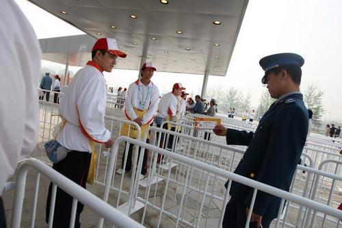 图文:志愿者微笑春风服务周到 来看比赛的军人