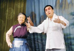 国家京剧院一团的演员在演唱现代京剧《沙家浜》选段。新华社记者 王 颂摄
