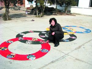 朱桂芬和她制作的奥运五环 摄影/胡建华