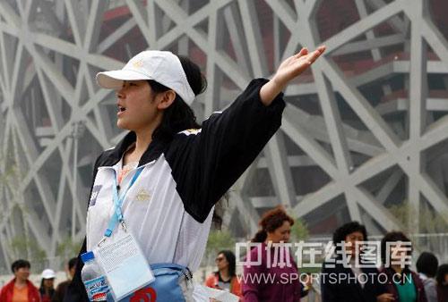 图文:国际田联竞走挑战赛花絮 美女志愿者指路