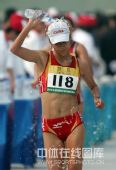 图文:女子20公里竞走刘虹夺冠 刘虹水浇自身
