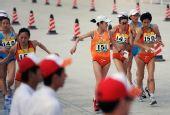 图文:女子20公里竞走刘虹夺冠 运动员相互帮助