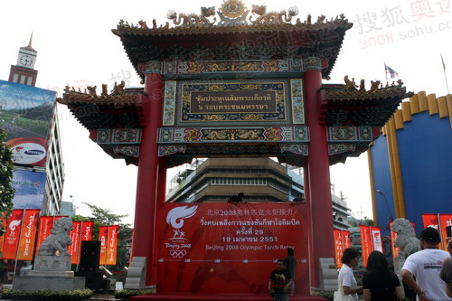 举行起跑仪式的唐人街中国门