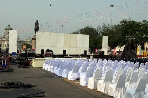 举行庆典仪式的五世王铜像广场现场在进行最后的筹备工作