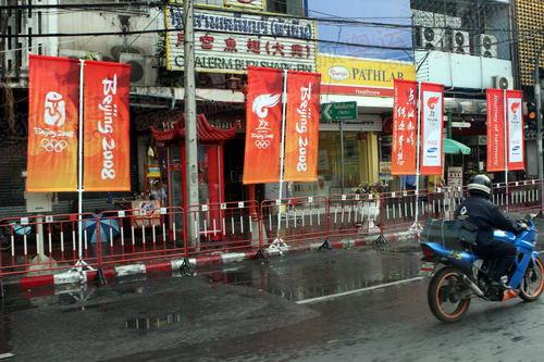 曼谷街头北京奥运会接力宣传画随处可见