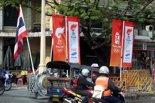 泰国国旗与北京奥运会火炬传递旗帜交相辉映