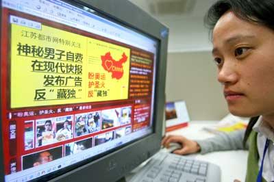 昨天,一位市民正看观看江苏都市网。  快报记者  施向辉  摄