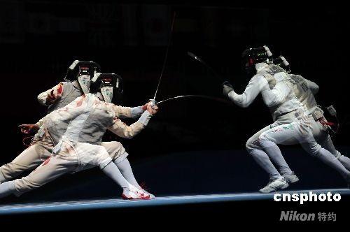 """4月18日,""""好运北京""""2008国际剑联世界锦标赛在国家会议中心击剑馆打响,首先进行的是男子花剑团体的比赛,在1/4决赛中,雅典奥运会团体金牌得主意大利队(右)以45-33的比分战胜了东道主中国队,率先挺进4强。 中新社发 富田 摄"""
