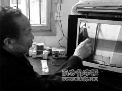 蒋运超向记者演示了现场录像,在他所指的水平位置,纪委的调查结论表明:唐家波用T恤衫套住绞脖子死在浴缸的水龙头上。本报记者龙志摄